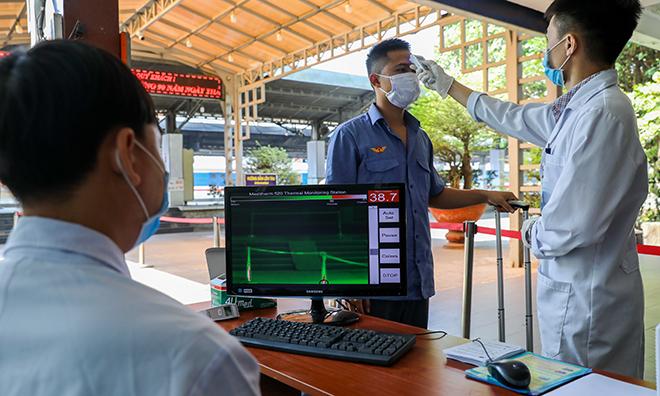 Việt Nam siết chặt kiểm tra thân nhiệt tại nhà ga, lập khu cách ly cho người trở về từ Vũ Hàn phòng ngừa dịch bệnh lây lan. Ảnh: Như Quỳnh