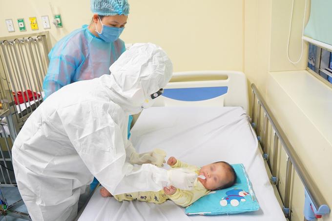 Chăm sóc bé 3 tháng tuổi nhiễm nCoV