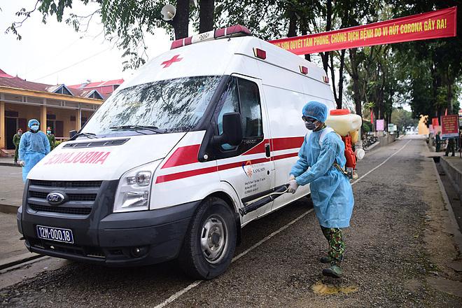 Phun thuốc khử trùng xe vận chuyển người nghi nhiễm nCoV tại cửa khẩu Lạng Sơn. Ảnh: Giang Huy.