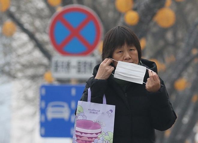 Người dân tại thành phố Bắc Kinh, Trung Quốc đeo khẩu trang để phòng bệnh Covid-19. Ảnh: Reuters
