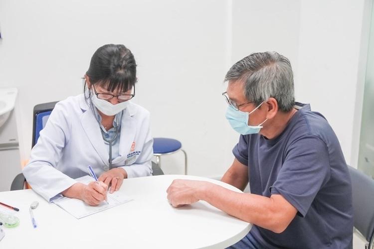 Nhiều người cao tuổi đến trung tâm tiêm chủng VNVC để tiêm vaccine phòng bệnh.