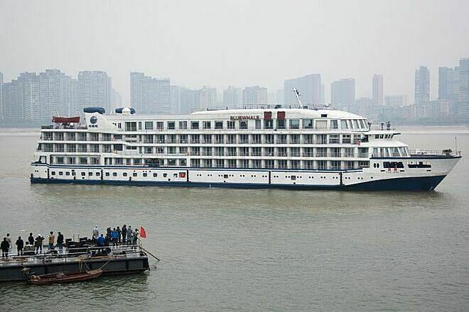 Một trong 7 du thuyền được cải tạo thành nơi ở cho bác sĩ Vũ Hán cập bến Dương Tử, ngày 21/2. Ảnh: Reuters