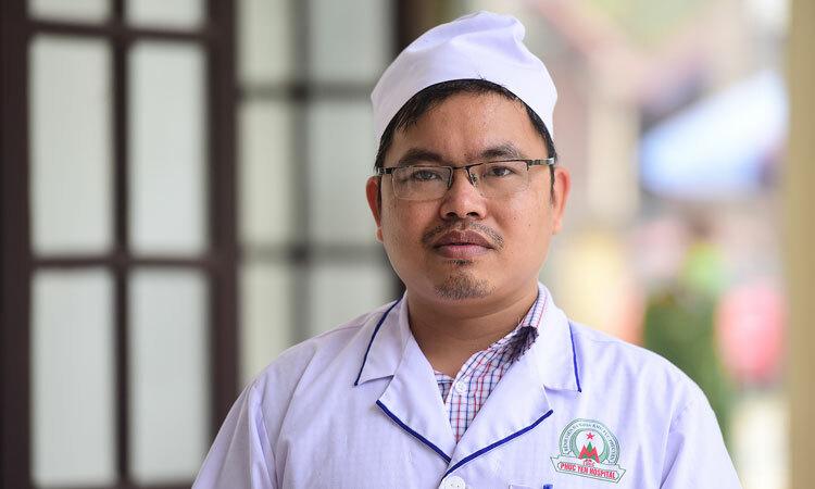 Điều dưỡng Trịnh Xuân Đồng tại Phòng khám đa khoa khu vực Quang Hà thuộc huyện Bình Xuyên sáng 23/2. Ảnh: Giang Huy.