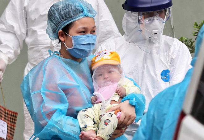 Sáng 20/2, các bác sĩ đưa ra hai mẹ con xuất viện Nhi, ra xe cứu thương về Vĩnh Phúc. Ảnh: Giang Huy