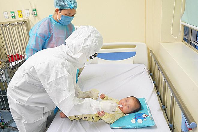 Điều dưỡng Tỉnh phụ trách chăm sóc, điều trị ca bệnh nhi nhiễm nCoV trong 10 ngày ở viện. Ảnh: Xuân Tùng