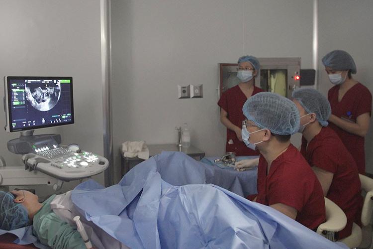 Các bác sĩ tại Trung tâm hỗ trợ sinh sản BVĐK Tâm Anh, Hà Nội chuẩn bị chuyển phôi cho bệnh nhân VSHM.