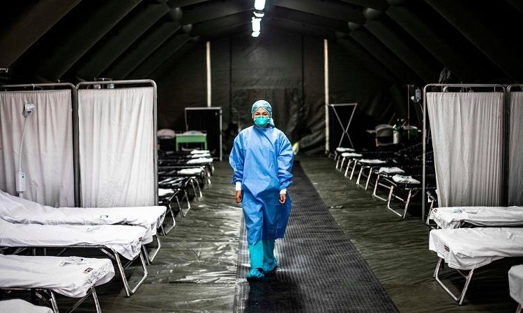 Nhân viên y tế bên trong bệnh viện dã chiến doBộ Y tế Peru xây dựng để điều trị cho bệnh nhân Covid-19 vào ngày 27/2. Ảnh:AFP