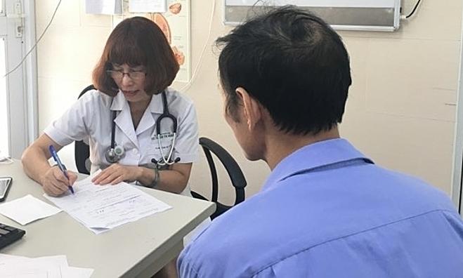Bệnh nhân có tiền sử hút thuốc lá, khám hô hấp tại Bệnh viện Bạch Mai. Ảnh: Lê Nga.