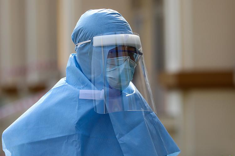 Nhân viên y tế theo dõi tình trạng người bệnh cách ly tại bệnh viện dã chiến, xã Nhuận Đức, huyện Củ Chi, TP HCM ngày 10/2. Ảnh: Như Quỳnh.
