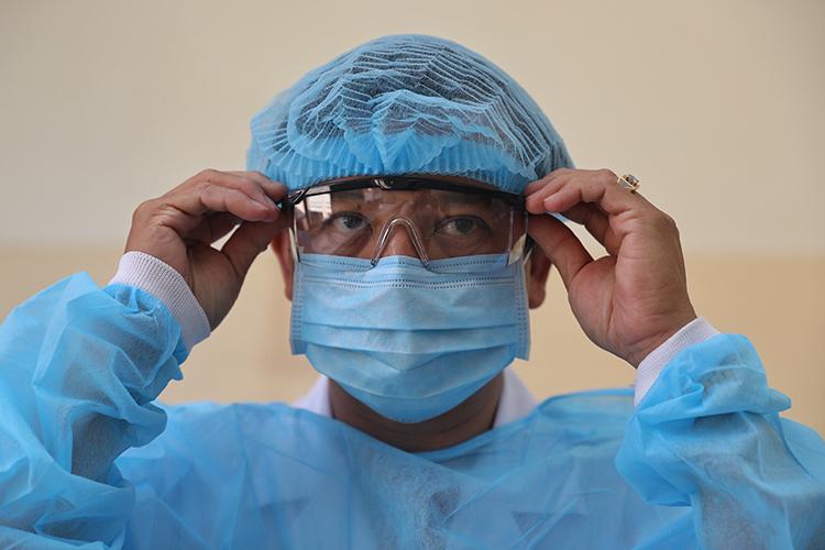 Bác sĩ Nguyễn Thanh Phong, Trưởng Khoa Nhiễm Bệnh viện Bệnh Nhiệt đới TP HCM, chuẩn bị trang phục bảo hộ điều trị bệnh nhân Covid-19. Ảnh: Hữu Khoa.