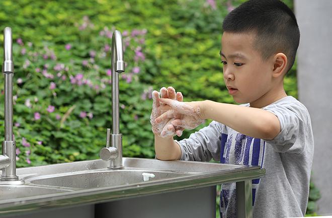 Thường xuyên nhắc nhở trẻ rửa tay bằng xà phòng và nước hoặc dung dịch rửa tay có cồn để loại bỏ virus bám trên bề mặt. Ảnh: Ngọc Thành