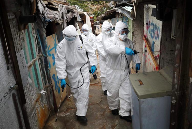 Quân đội Hàn Quốc trong trang phục bảo hộ tiến hành tiêu độc khử trùng tại các ngõ ngách của thành phố Seoul. Ảnh: AFP