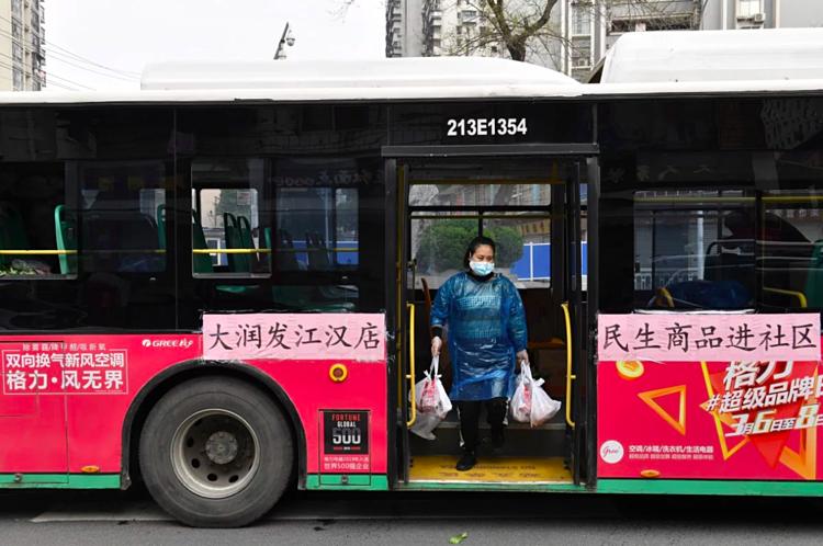 Các nhà khoa học khuyến cáo người dân về tầm quan trọng của việc đeo khẩu trang khi đi trên các phương tiện giao thông công cộng. Ảnh: Reuters