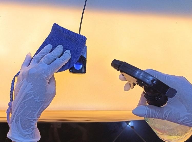 Thiết bị chấm vân tay được khử khuẩn thường xuyên. Ảnh: Minh Anh