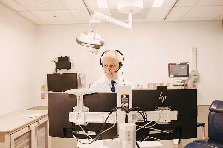 Bác sĩ Paul Caseyđang gọi video cho bệnh nhân tại Trung tâm Y tế Đại học Rush. Ảnh: NY Times
