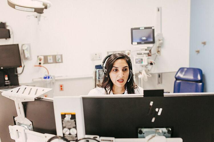 Bác sĩ Meeta Shah khám bệnh trực tuyến cho bệnh nhân tạiTrung tâm Y tế Đại học Rush. Ảnh: NY Times