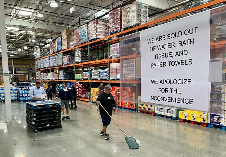Một siêu thị tại Mỹ treo biển Chúng tôi đã hết nước, giất vệ sinh và giấy ăn vào ngày 2/3. Ảnh: SCNG