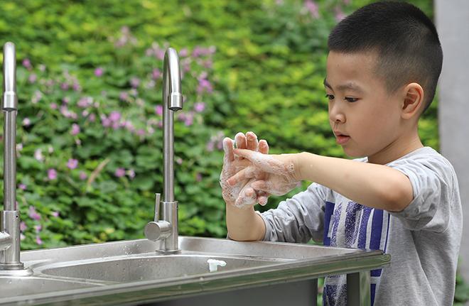 Nên rửa tay thường xuyên với xà phòng và nước sạch hoặc nước sát khuẩn tay để bảo vệ sức khỏe, phòng Covid-19. Ảnh: Ngọc Thành