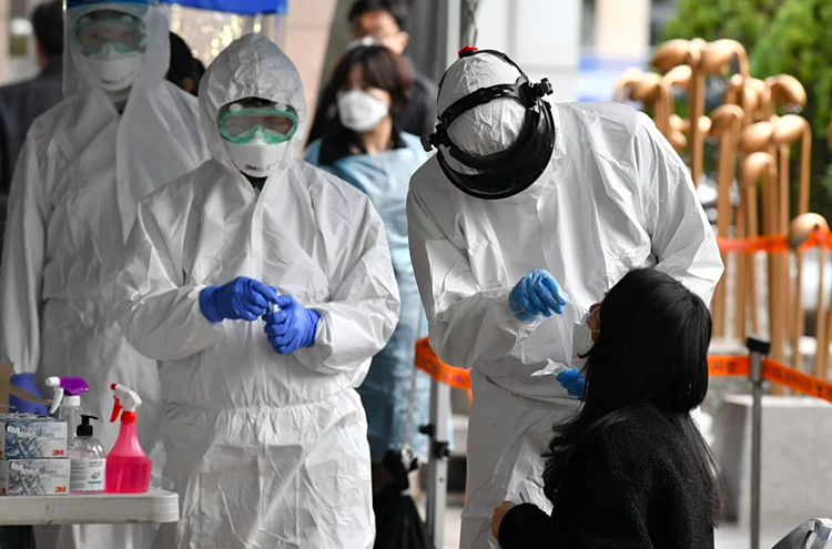 Người dân tại Hàn Quốc được xét nghiệm Covid-19. Ảnh: AFP