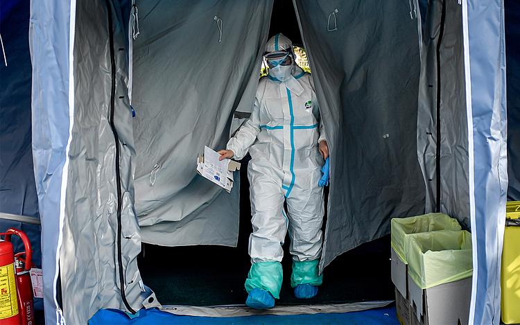 Nhân viên y tế tại một bệnh viện dã chiến ở Brescia, Bắc Ý, ngày 10/3. Ảnh: AP