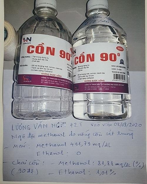 Chai cồn bệnh nhân pha rượu uống được gia đình cung cấp cho bác sĩ. Ảnh: Mai Thanh.