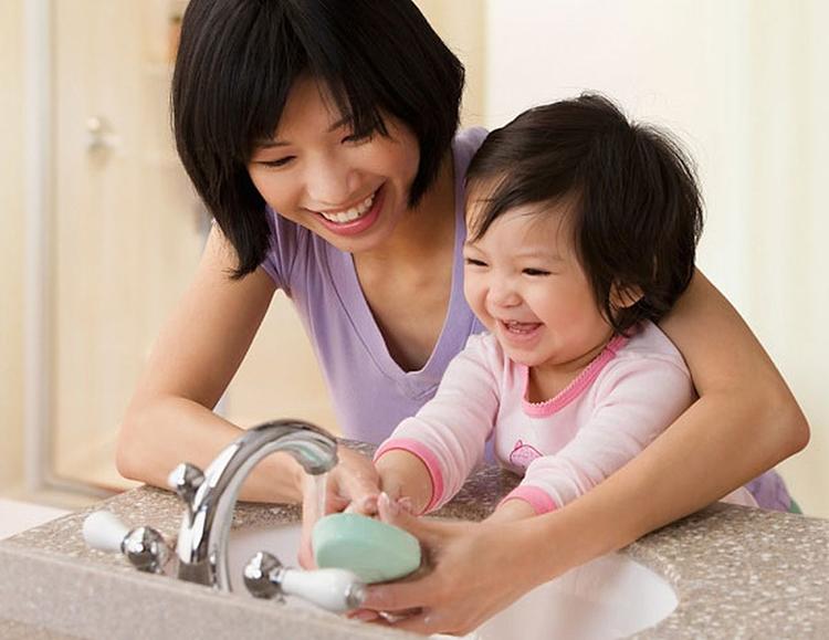 Cả bé và người chăm sóc bé đều phải rửa tay thường xuyên bằng xà phòng.