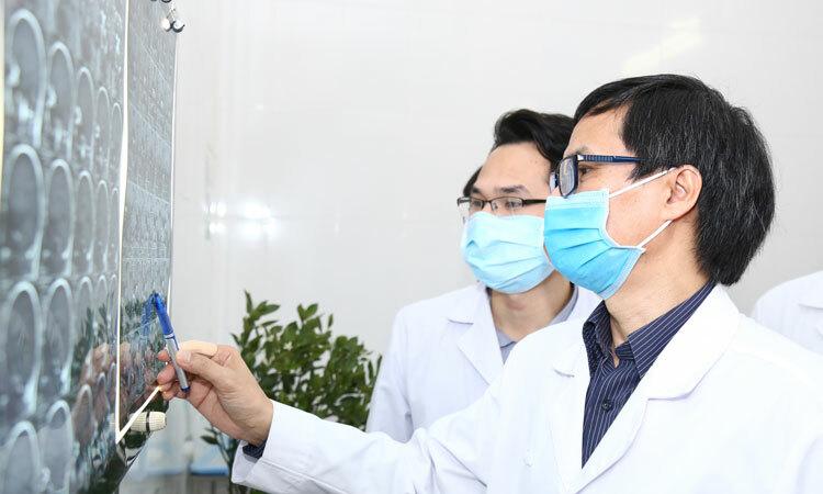 Bác sĩ Đồng Văn Hệ cùng cộng sự hội chẩn tại Bệnh viện Hữu nghị Việt Đức. Ảnh: Thảo My.