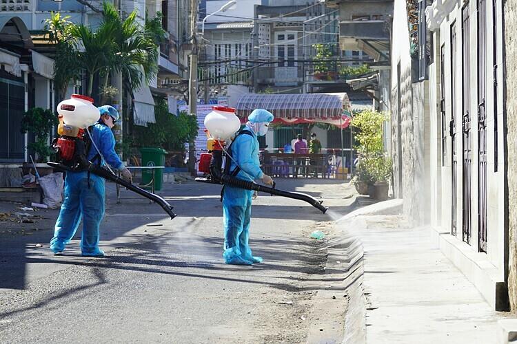 Phun khử trùng ở Bình Thuận. Ảnh: Việt Quốc.