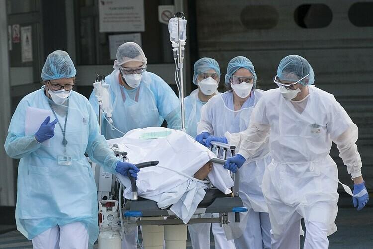 Nhân viên y tế tại bệnh việnEmile Mullerthành phốMulhouse, miền tây nước Pháp đưa bệnh nhân Covid-19 đến khu điều trị ngày 17/3. Ảnh: AFP