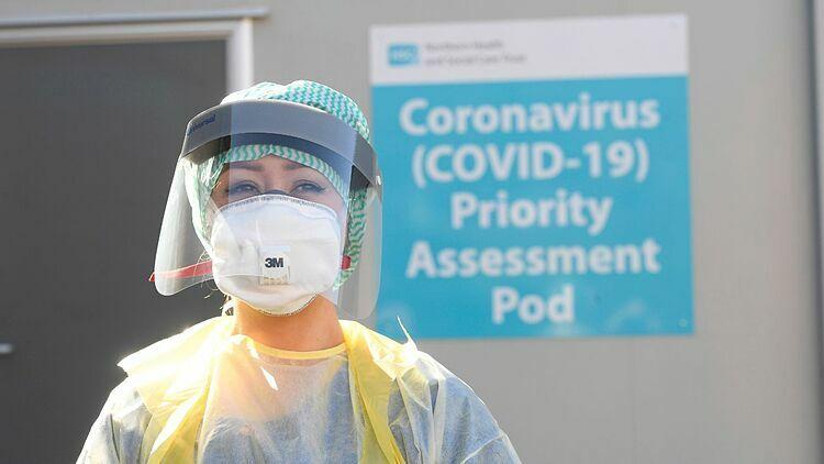 Nhân viên y tế tạiBệnh viện Antrim Area ở Bắc Ireland. Ảnh: Sky News