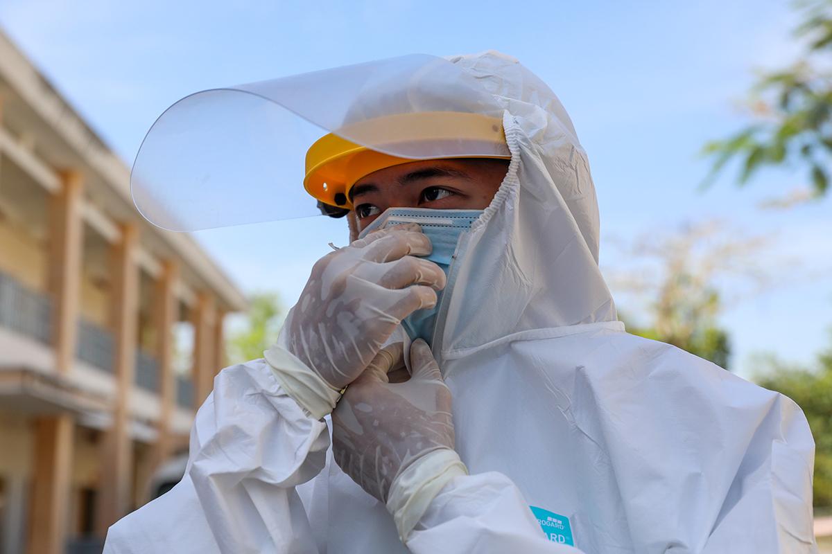 Nhân viên y tế làm việc tại Bệnh viện dã chiến ở Củ Chi. Ảnh: Quỳnh Trần.
