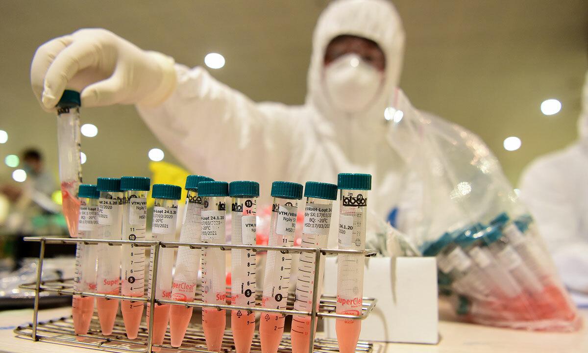 Nhân viên y tế lấy mẫu xét nghiệm tại Sân bay Nội Bài, Hà Nội ngày 18/3. Ảnh: Giang Huy.