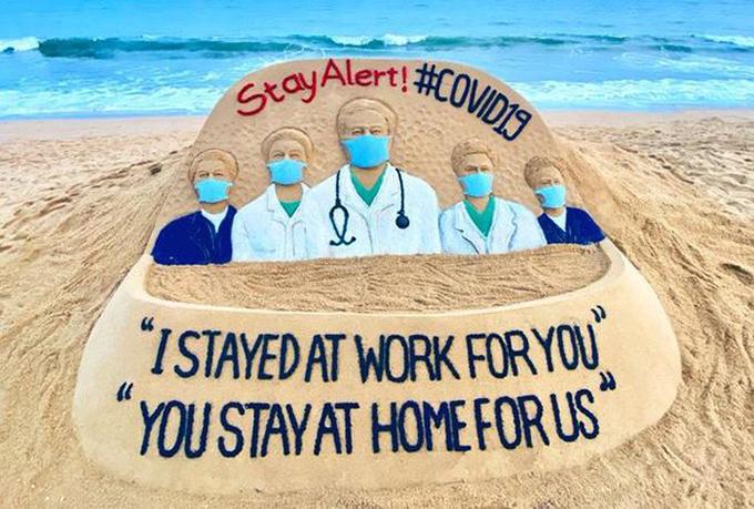 """Y bác sĩ: """"Chúng tôi đi làm vì bạn, bạn ở nhà vì chúng tôi"""""""