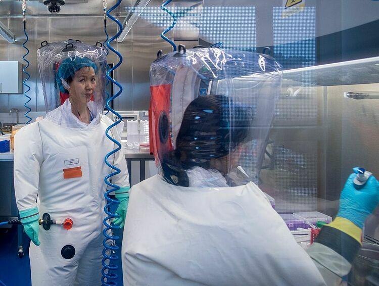 Các nhà khoa học làm việc tại phòng thí nghiệm BSL-4 Vũ Hán trong bộ đồ bảo hộ. Ảnh: AFP