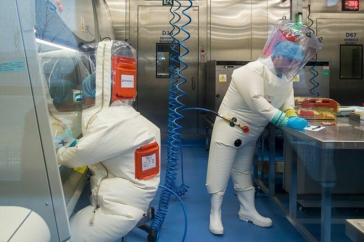 Các chuyên viên bên trong phòng thí nghiệm tại Viện nghiên cứu Vũ Hán. Ảnh: AFP
