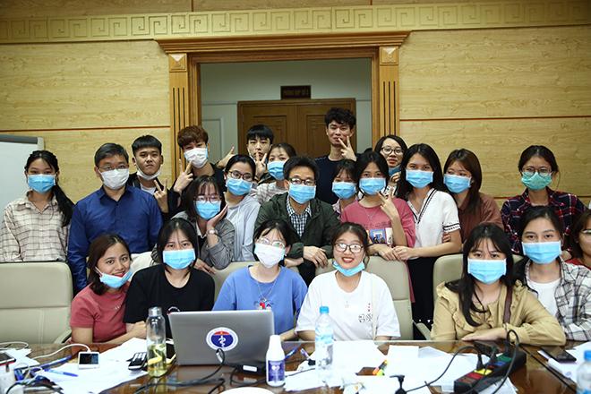 Phó thủ tướng Vũ Đức Đam (áo xanh, ở giữa) chụp hình kỷ niệm cùng tổ công tác chống dịch, trường Y tế công cộng. Ảnh: Nhân vật cung cấp