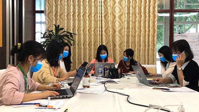 Trang (áo đen) cùng các thành viên trong Tổ công tác chống dịch đang gọi điện cho hành khách trên chuyến bay, khoanh vùng dịch tễ. Ảnh: Nhân vật cung cấp