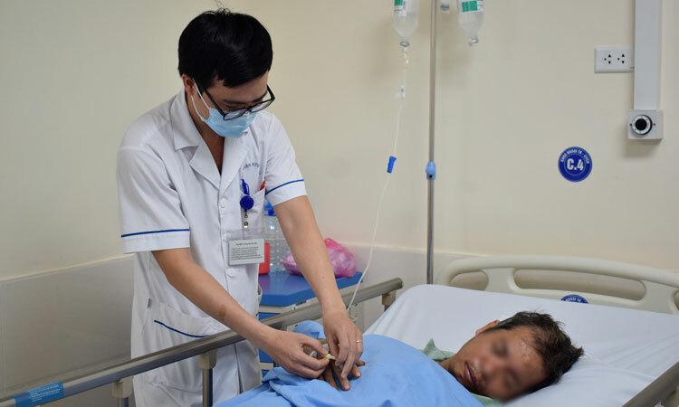 Người bệnh cao tuổi điều trị tại Bệnh viện Hữu nghị ngày 4/3. Ảnh: Chi Lê