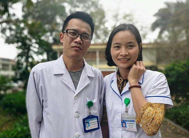 Bác sĩ Nguyễn Tiến Thành cùng bác sĩ Bích Nga tại Bệnh viện Đa khoa Thạch Thất chiều 23/3. Ảnh: Thúy Quỳnh