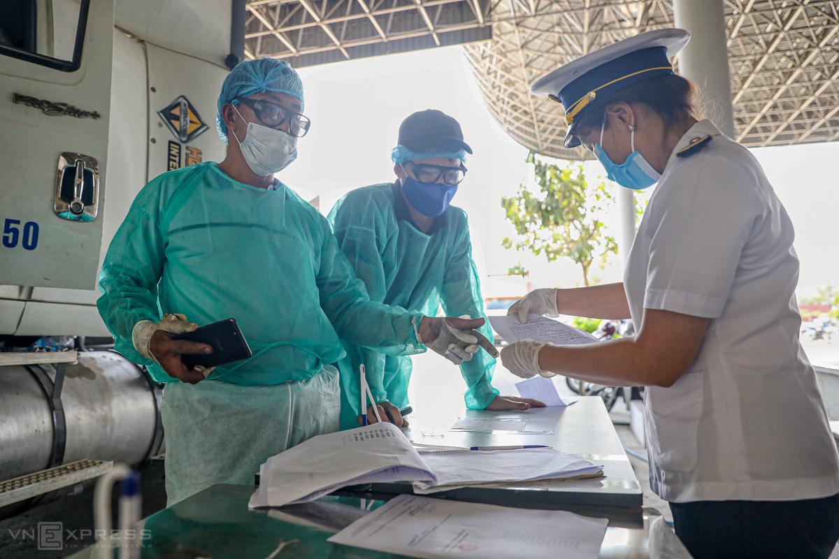 Kiểm dịch y tế tại cửa khẩu Mộc Bài, Tây Ninh. Ảnh: Hữu Khoa.