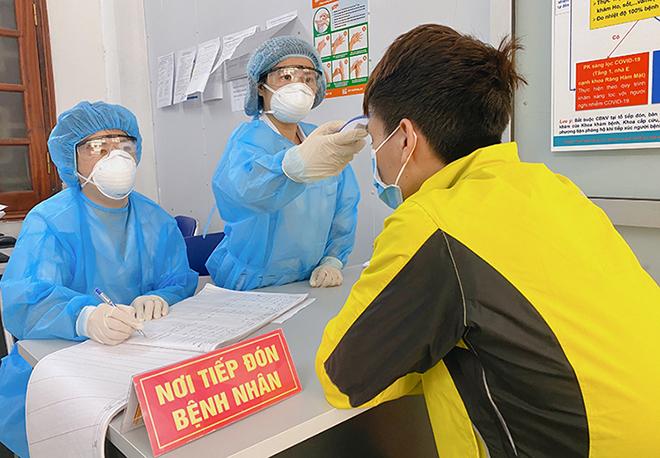 Bác sĩ gác cửa sàng lọc hàng nghìn người nghi nhiễm - ảnh 2