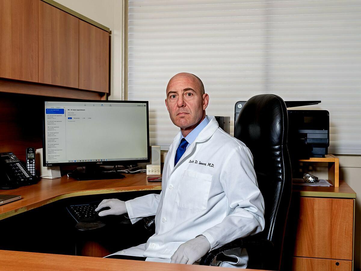 Tiến sĩ Scott Isaacs, một bác sĩ chuyên khoanội tiết tại Atlanta. Ảnh: NY Times