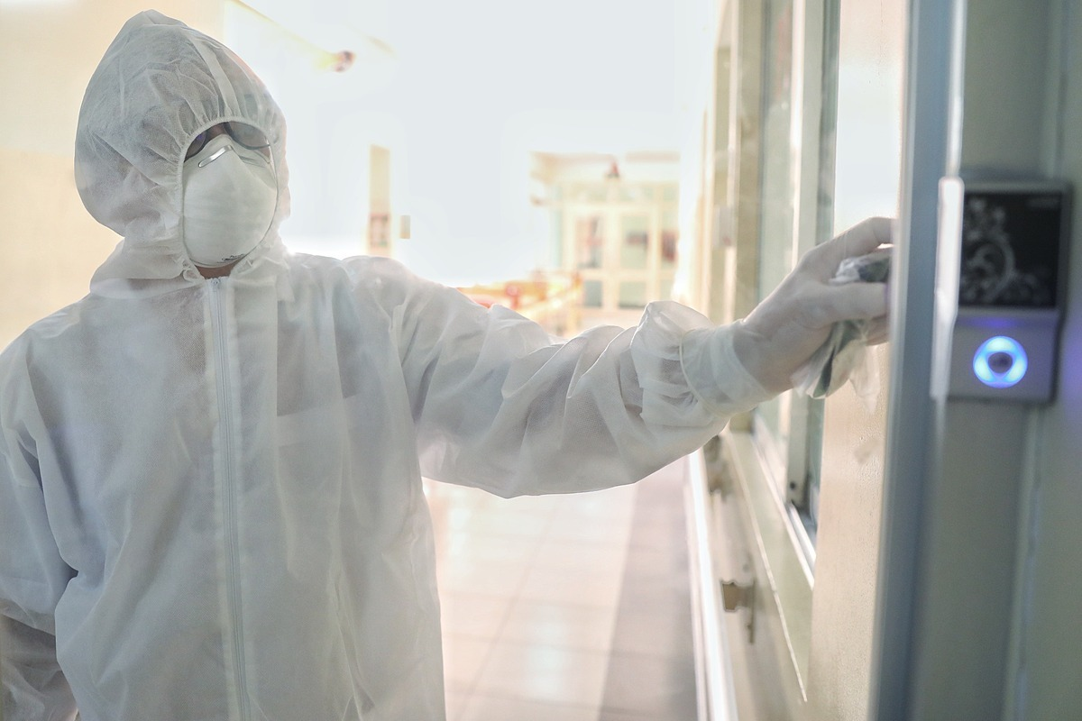Bác sĩ bảo hộtrước khi vào phòng cách ly điều trị bệnh nhân tại Bệnh viện Bệnh Nhiệt đới TP HCM. Ảnh: Hữu Khoa,