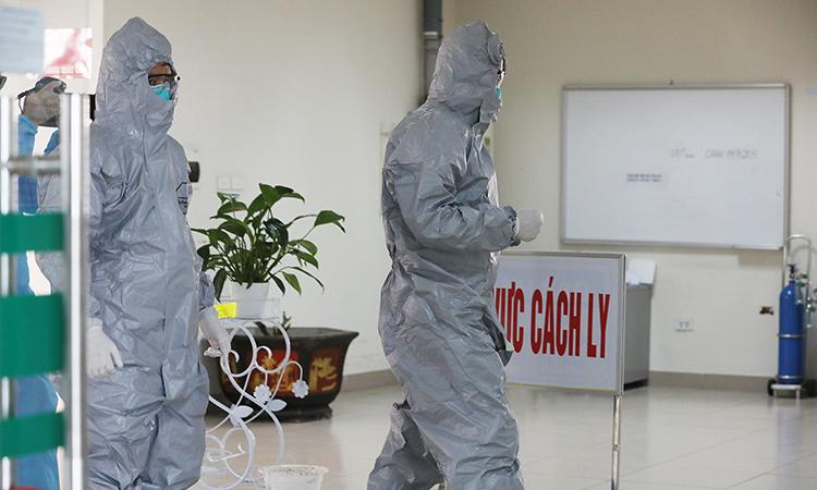Nhân viên y tế trong khu vực cách ly đặc biệt, bệnh viện Nhiệt đới trung ương, cơ sở 2 ngày 24/3. Ảnh: Ngọc Thành
