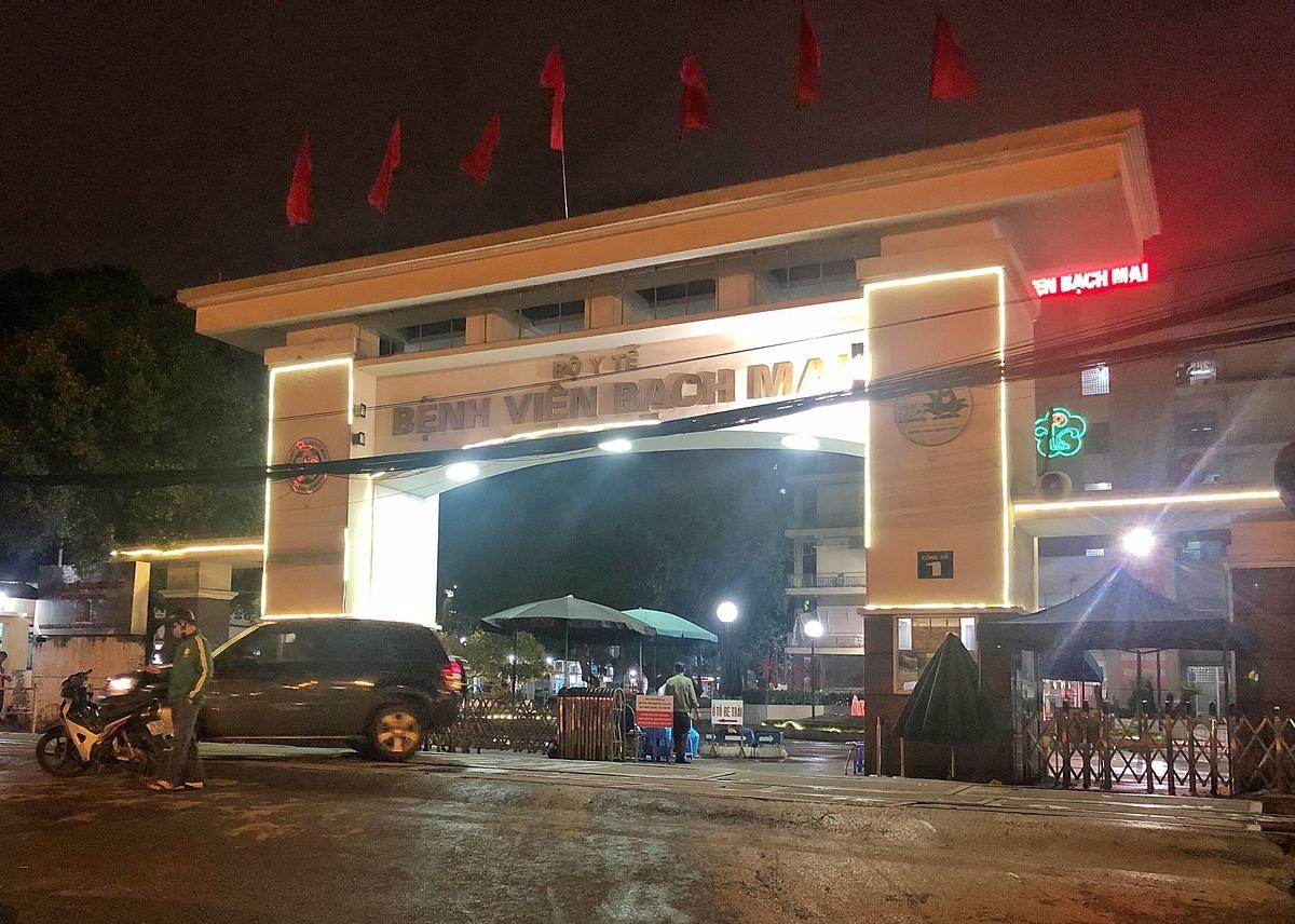 Bệnh viện Bạch chỉ mở cửa cho ngườira vào, có kiểm soát thân nhiệt tại Cổng đường Giải Phóng. Ảnh: Giang Huy.