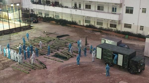 Lực lượng quân đội hỗ trợ xây dựng bệnh viện dã chiến tại Bệnh viện Bạch Mai. Ảnh: TL