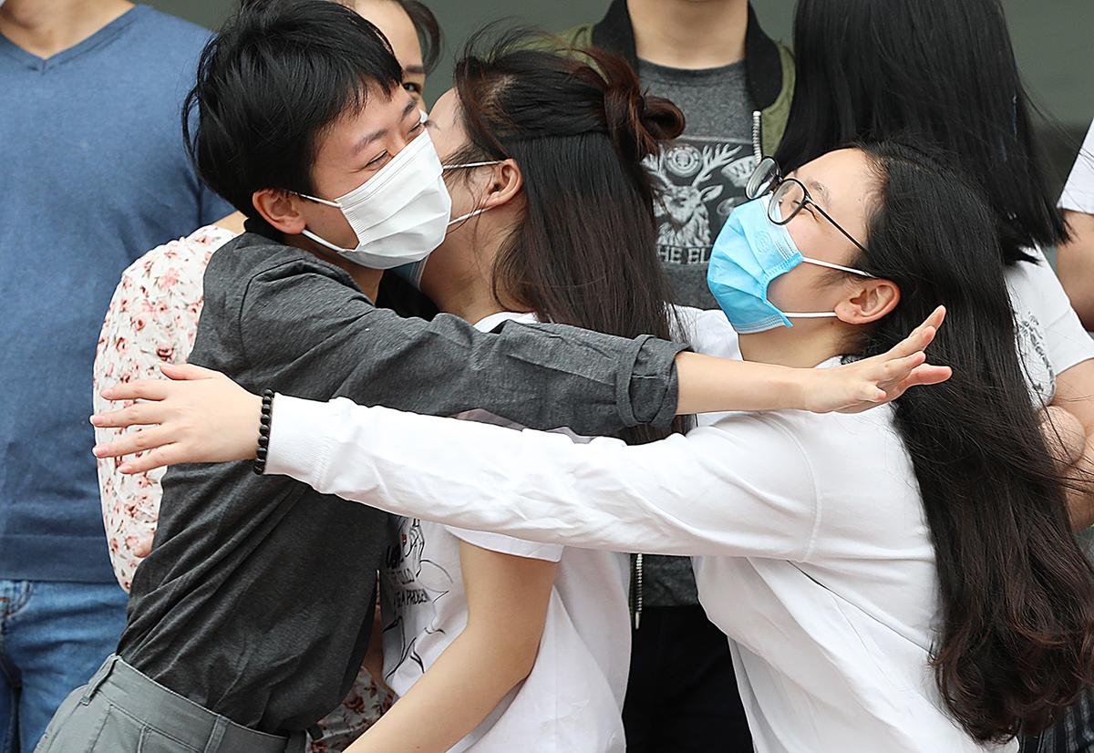 27 bệnh nhân ôm nhau khi rời khu cách ly - Sức Khỏe