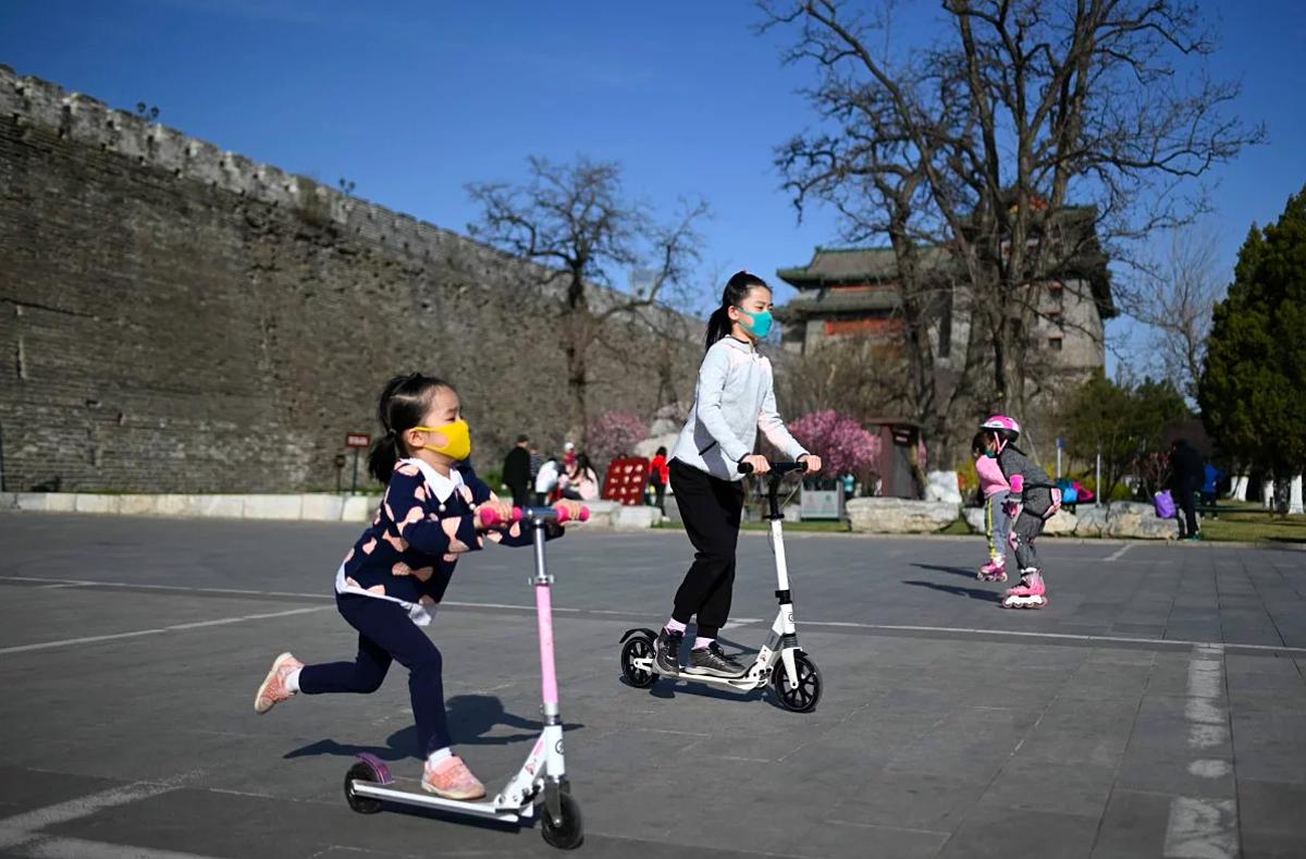 Trẻ em đeo khẩu trang vui chơi tại Bắc Kinh, Trung Quốc. Ảnh: AFP