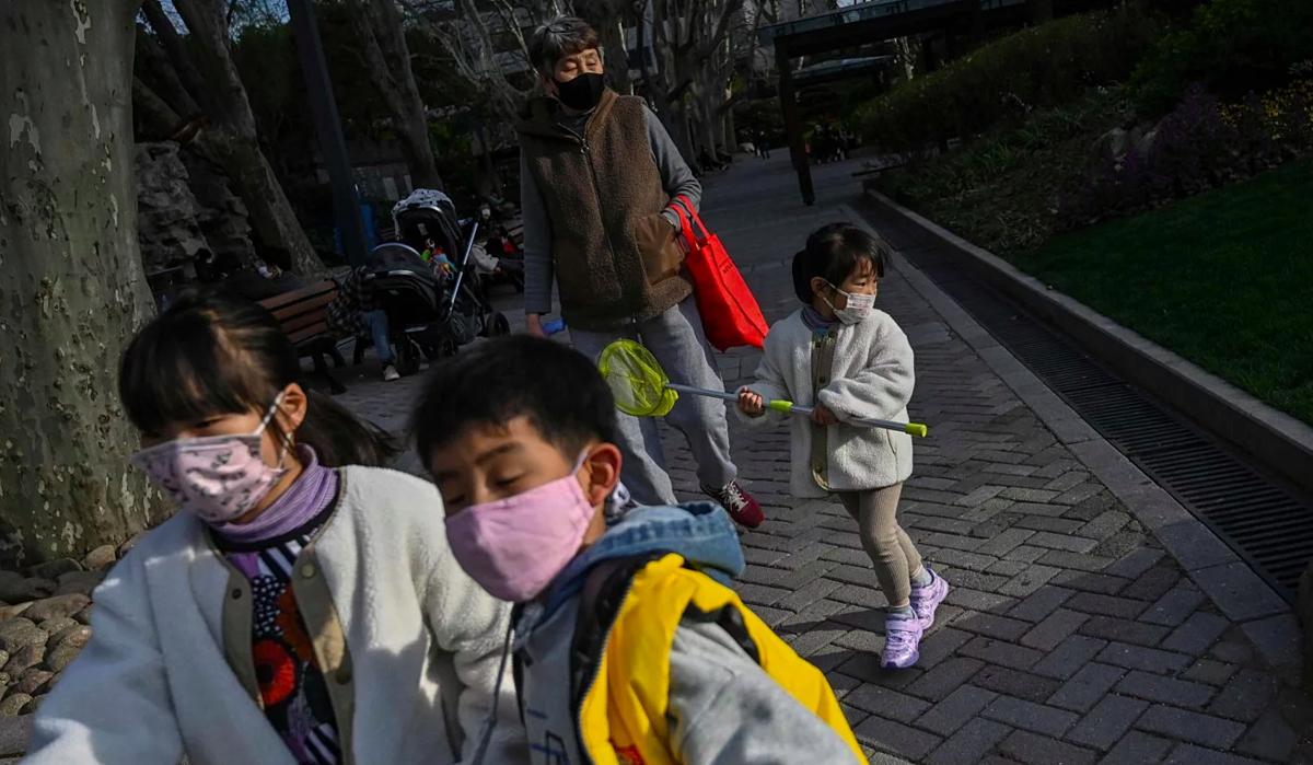 Nhiều bậc cha mẹ tại Trung Quốc cho rằng hiện còn quá sớm để cho trẻ đi học trở lại. Ảnh: AFP
