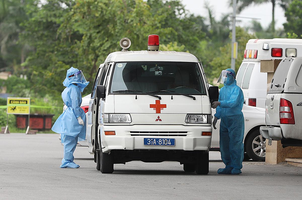 Xe cấp cứu vận chuyển bệnh nhân nCoV tại Bệnh viện Bệnh nhiệt đới Trung ương. Ảnh: Ngọc Thành.
